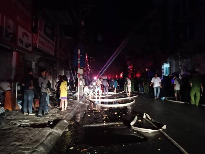 Cháy lớn gần Bệnh viện Nhi Trung ương, khẩn cấp sơ tán bệnh nhân - Ảnh 8.