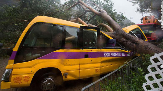 Trung Quốc chống chọi bão Mangkhut, 2 người thiệt mạng - Ảnh 8.