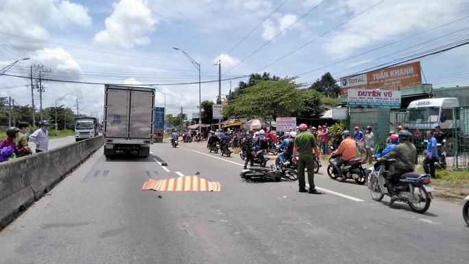 Xe máy va chạm xe tải, 1 phụ nữ tử vong, giao thông ùn ứ - Ảnh 1.