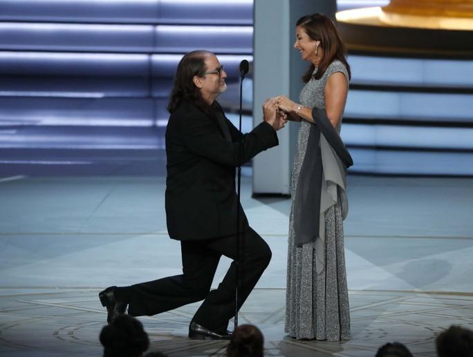 Đạo diễn gây sốc khi cầu hôn bạn gái tại lễ trao giải - Ảnh 2.