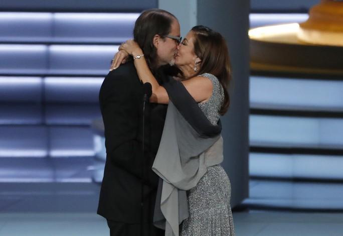 Đạo diễn gây sốc khi cầu hôn bạn gái tại lễ trao giải - Ảnh 3.