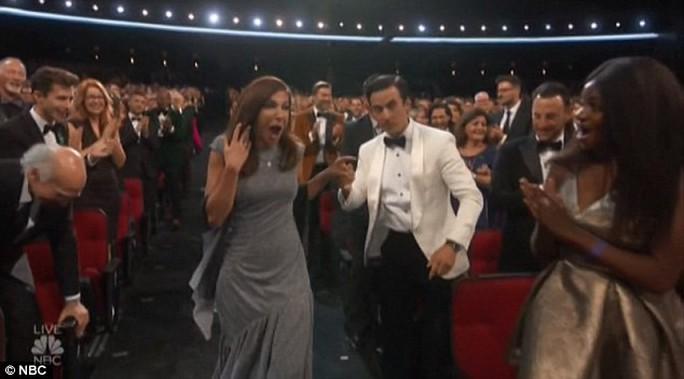 Đạo diễn gây sốc khi cầu hôn bạn gái tại lễ trao giải - Ảnh 1.