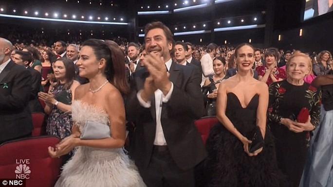Đạo diễn gây sốc khi cầu hôn bạn gái tại lễ trao giải - Ảnh 8.