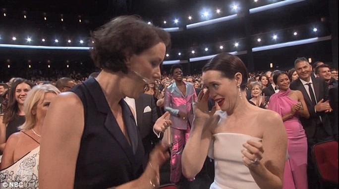 Đạo diễn gây sốc khi cầu hôn bạn gái tại lễ trao giải - Ảnh 7.