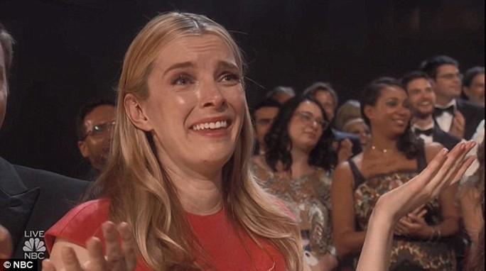 Đạo diễn gây sốc khi cầu hôn bạn gái tại lễ trao giải - Ảnh 6.