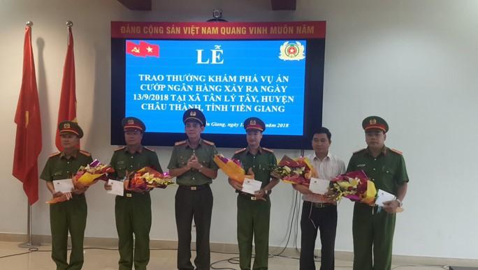 Thưởng nóng thành tích phá án cướp ngân hàng ở Tiền Giang - Ảnh 1.