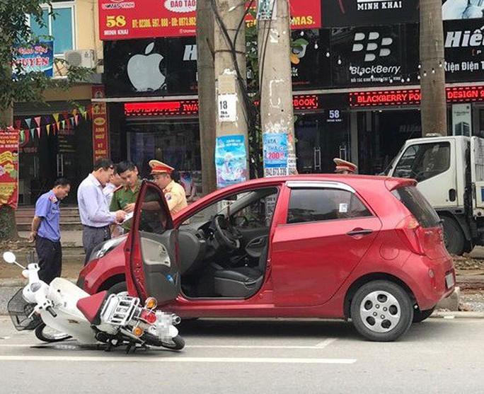 Tài xế ô tô mở cửa bất cẩn, nữ sinh đi xe máy trọng thương - Ảnh 1.