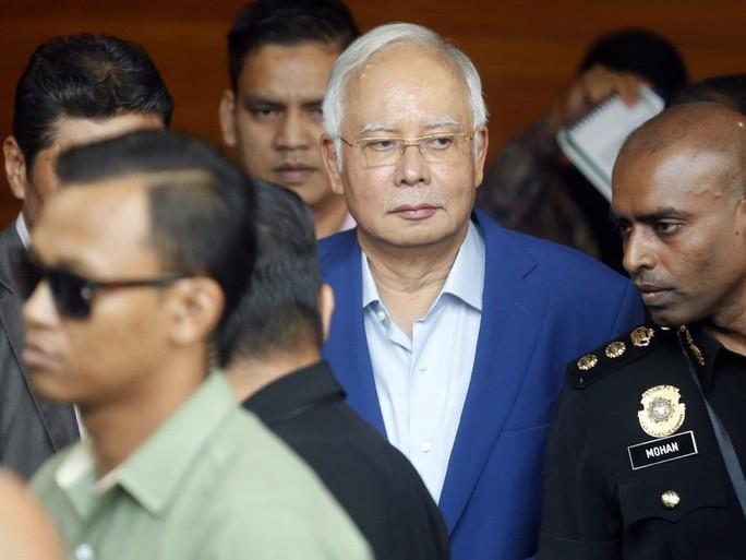 Malaysia bắt cựu Thủ tướng Najib Razak, đưa ra tòa chóng vánh - Ảnh 1.
