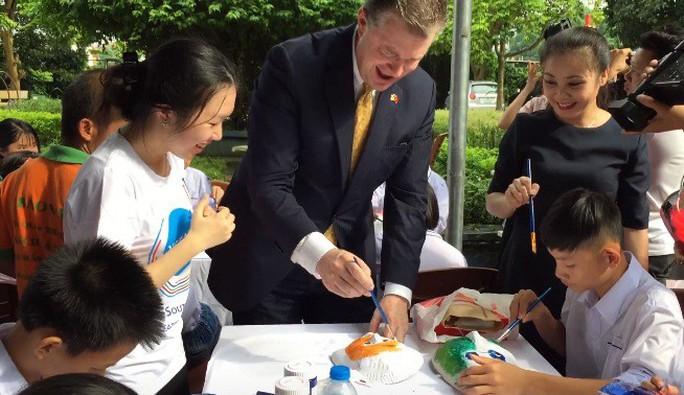 Đại sứ Mỹ đóng vai ông Địa vui với trẻ em dịp Trung thu - Ảnh 2.
