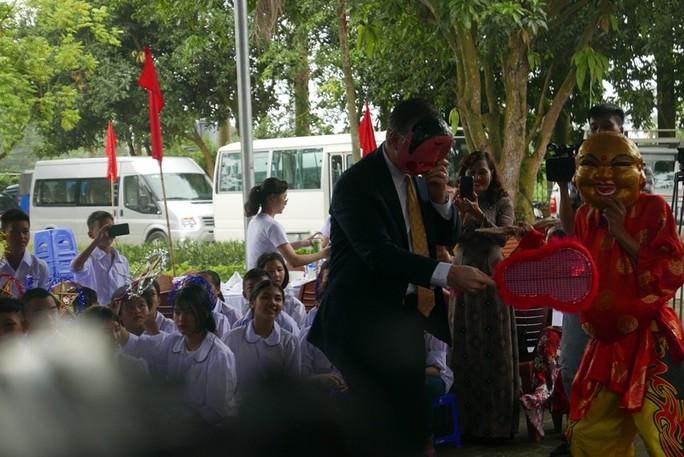 Đại sứ Mỹ đóng vai ông Địa vui với trẻ em dịp Trung thu - Ảnh 1.