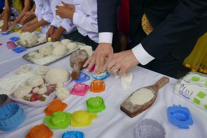 Đại sứ Mỹ đóng vai ông Địa vui với trẻ em dịp Trung thu - Ảnh 5.