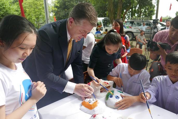 Đại sứ Mỹ đóng vai ông Địa vui với trẻ em dịp Trung thu - Ảnh 3.
