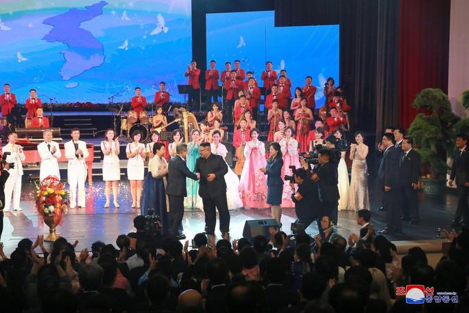 Lãnh đạo Hàn - Triều nâng ly trong bữa tiệc thịnh soạn - Ảnh 11.