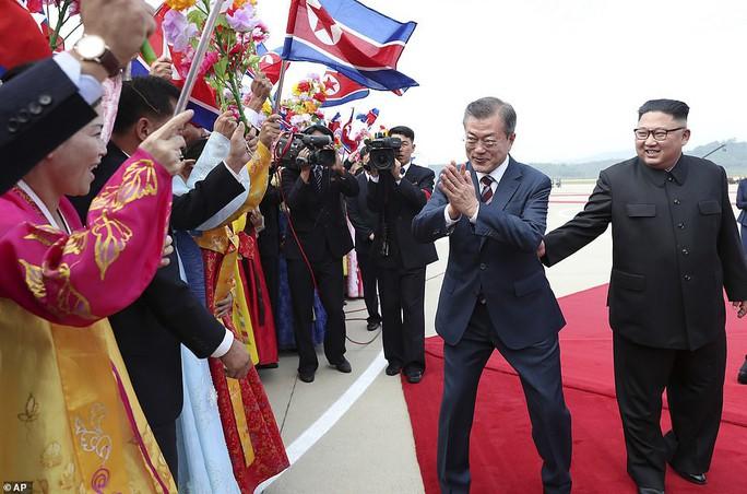 Lãnh đạo Hàn - Triều nâng ly trong bữa tiệc thịnh soạn - Ảnh 2.