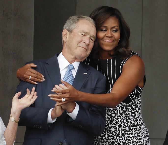 Ông Bush chia kẹo cho bà Obama trong lễ tang TNS McCain - Ảnh 3.