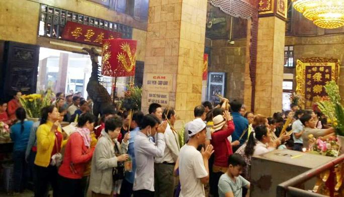 Nghỉ lễ 2-9, du khách nườm nượp đến núi Sam cầu may - Ảnh 5.
