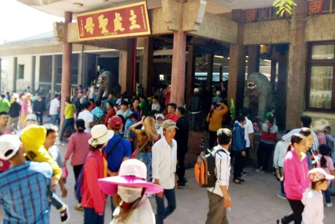 Nghỉ lễ 2-9, du khách nườm nượp đến núi Sam cầu may - Ảnh 3.