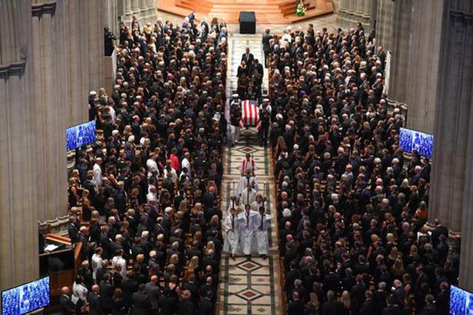Tang lễ ông McCain: Thông điệp đậm đặc tới vị tổng thống vắng mặt - Ảnh 1.