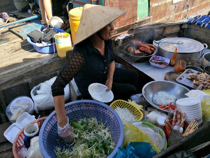 Lễ 2-9, chợ nổi Cái Răng, Làng Du lịch Mỹ Khánh chật kín người - Ảnh 11.