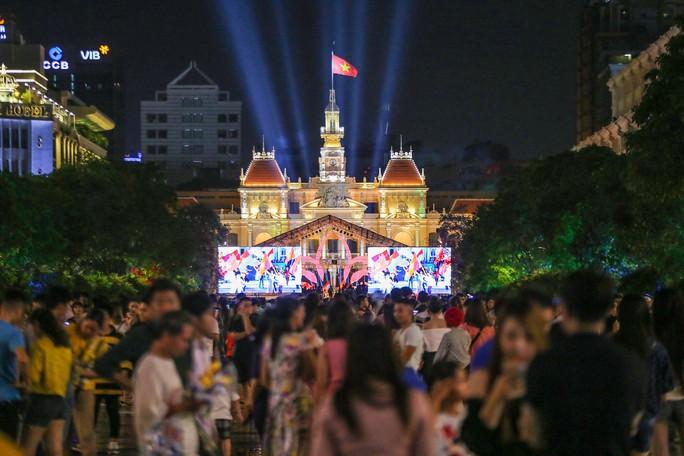 Clip: Người dân TP HCM hào hứng với pháo hoa mừng Quốc khánh - Ảnh 2.