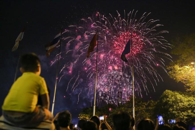 Clip: Người dân TP HCM hào hứng với pháo hoa mừng Quốc khánh - Ảnh 9.