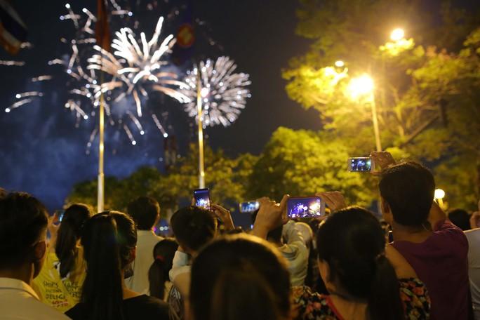 Clip: Người dân TP HCM hào hứng với pháo hoa mừng Quốc khánh - Ảnh 8.