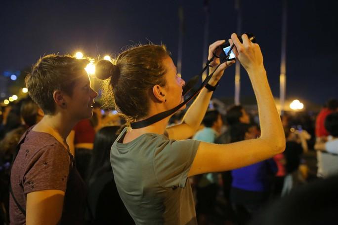 Clip: Người dân TP HCM hào hứng với pháo hoa mừng Quốc khánh - Ảnh 7.