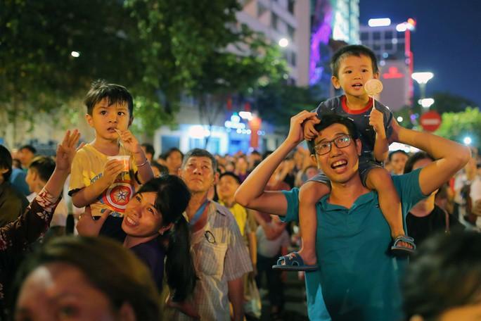 Clip: Người dân TP HCM hào hứng với pháo hoa mừng Quốc khánh - Ảnh 1.