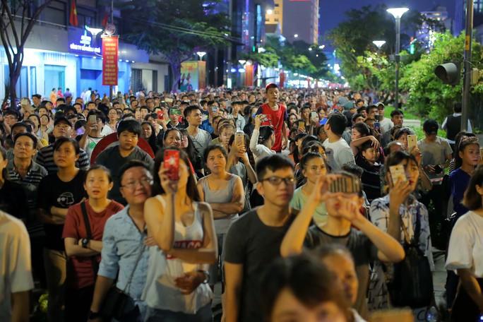 Clip: Người dân TP HCM hào hứng với pháo hoa mừng Quốc khánh - Ảnh 3.