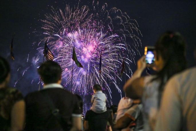 Clip: Người dân TP HCM hào hứng với pháo hoa mừng Quốc khánh - Ảnh 6.