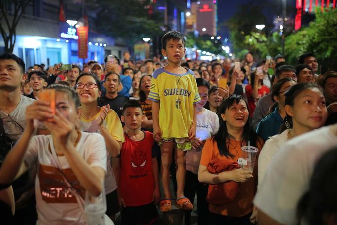 Clip: Người dân TP HCM hào hứng với pháo hoa mừng Quốc khánh - Ảnh 11.