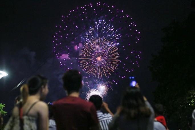 Clip: Người dân TP HCM hào hứng với pháo hoa mừng Quốc khánh - Ảnh 4.