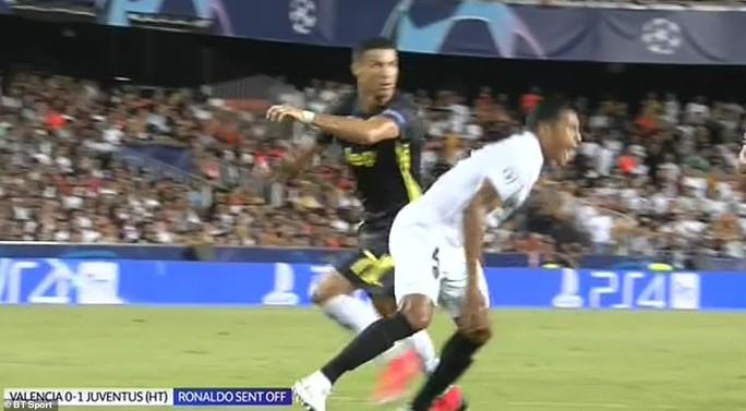 Cựu trọng tài Anh: Thẻ đỏ cho Ronaldo là quá nặng - Ảnh 1.