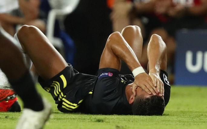 Cựu trọng tài Anh: Thẻ đỏ cho Ronaldo là quá nặng - Ảnh 3.