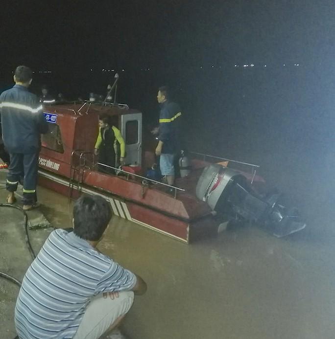 Đứng cạnh bờ sông, một Việt kiều 78 tuổi rơi xuống nước mất tích - Ảnh 1.
