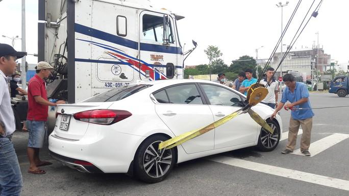 Giải cứu xe ôtô  dính chặt vào xe đầu kéo sau va chạm - Ảnh 2.