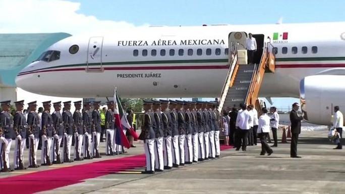 Tổng thống đắc cử Mexico mắc kẹt trên đường băng 3 giờ - Ảnh 2.