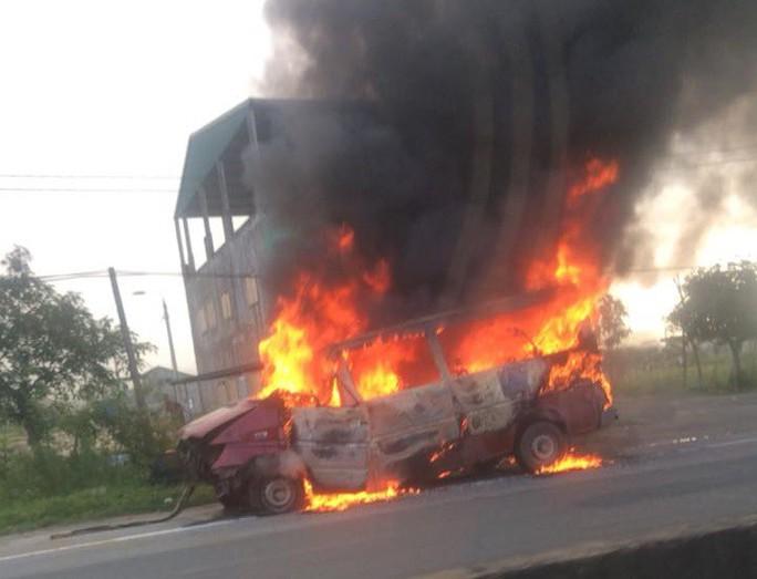 Đang chạy về nơi sửa chữa sau tai nạn, xe khách bỗng bốc cháy dữ dội - Ảnh 1.
