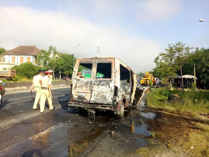 Đang chạy về nơi sửa chữa sau tai nạn, xe khách bỗng bốc cháy dữ dội - Ảnh 3.