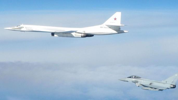 Tiêm kích Anh - Pháp xuất kích chặn máy bay Nga vì hỏi mà không trả lời - Ảnh 1.