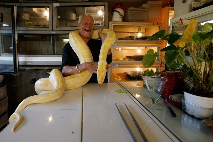 Cụ ông nuôi hơn 400 động vật bò sát trong nhà - Ảnh 8.