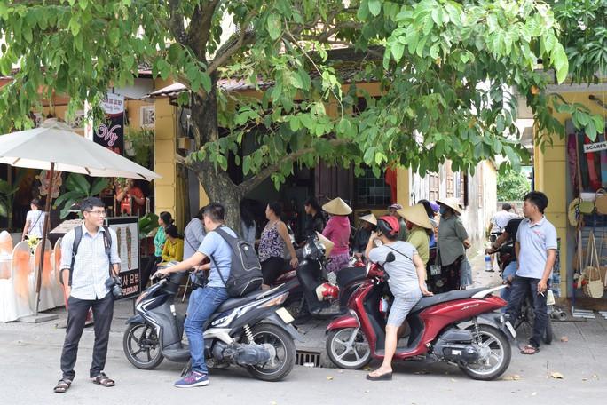 Hàng trăm người dân Hội An chào đón hoa hậu Trần Tiểu Vy - Ảnh 3.