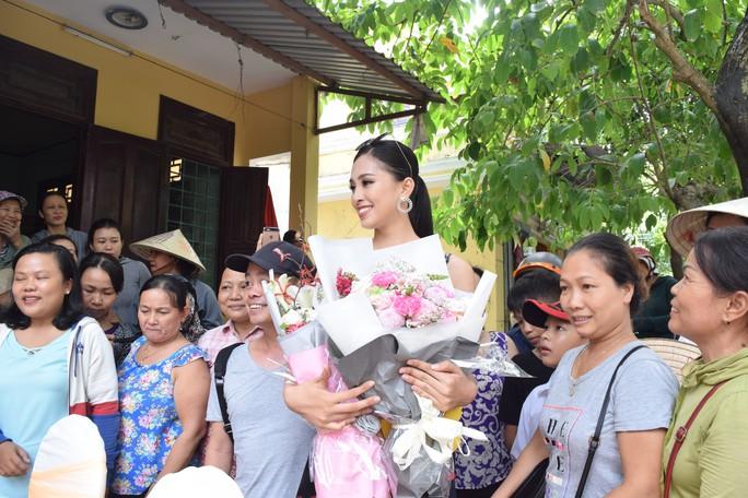Hàng trăm người dân Hội An chào đón hoa hậu Trần Tiểu Vy - Ảnh 8.