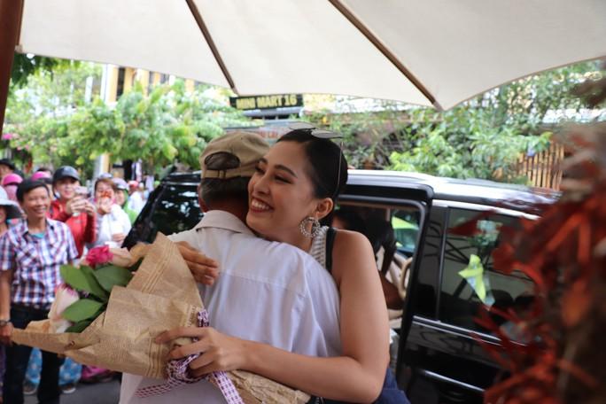 Hàng trăm người dân Hội An chào đón hoa hậu Trần Tiểu Vy - Ảnh 1.