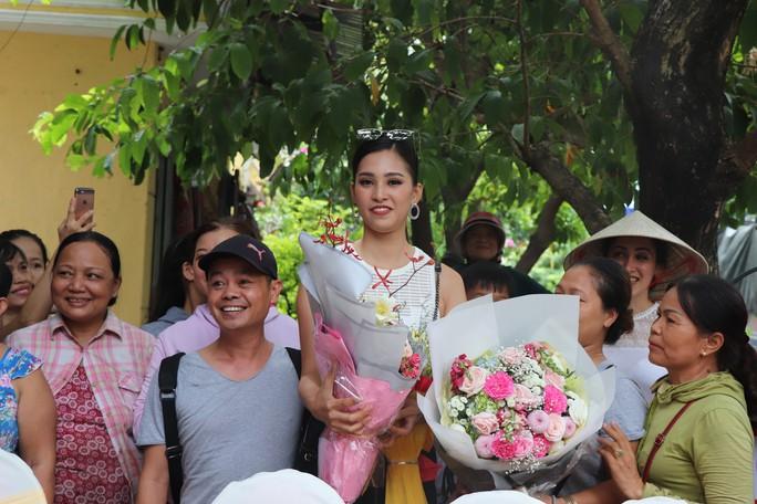 Hàng trăm người dân Hội An chào đón hoa hậu Trần Tiểu Vy - Ảnh 9.