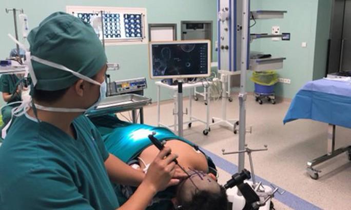 Cứu bé trai 11 tuổi mang khối u não khủng - Ảnh 1.