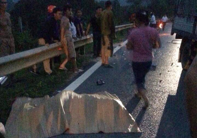 Xe máy đấu đầu xe tải, 2 anh em tử vong trên đường về quê - Ảnh 1.