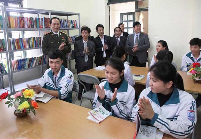 Những hình ảnh đẹp, gần gũi của Chủ tịch nước Trần Đại Quang với mái trường xưa - Ảnh 12.