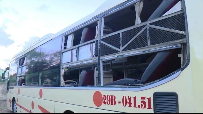Côn đồ liên tục tấn công xe khách, tài xế và hành khách hoảng loạn - Ảnh 1.