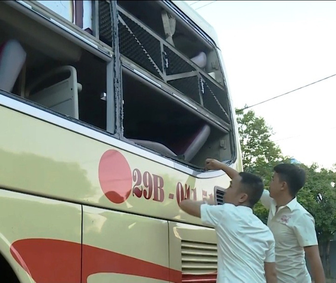 Côn đồ liên tục tấn công xe khách, tài xế và hành khách hoảng loạn - Ảnh 3.